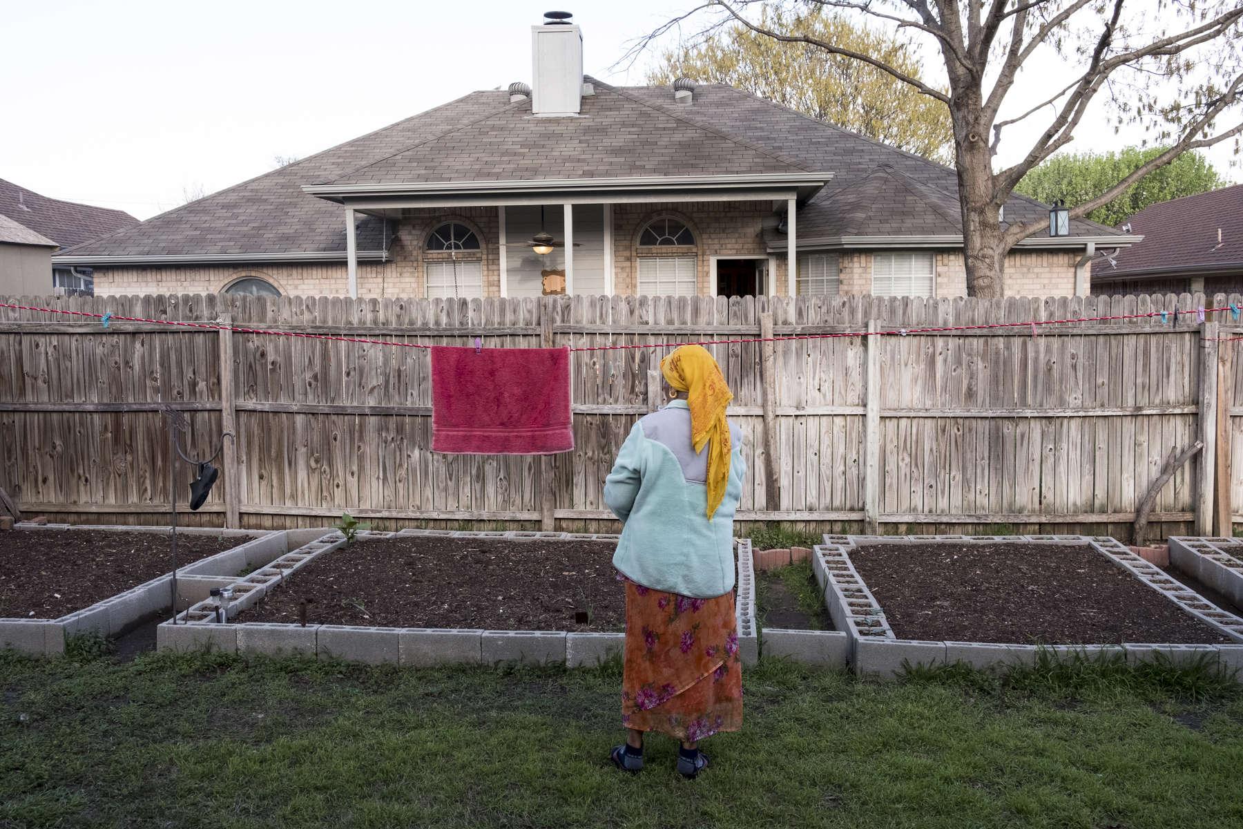 Radika passe la plupart de ses journées à la maison. Elle est à la retraite et touche une pension du gouvernement. Watauga, Texas, Etats-Unis, 2018.