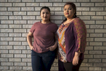 Rabina et Bidhya devant chez elles, Watauga, Texas, Etats-Unis, Mars 2018.