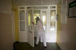 Le personnel et les visiteurs doivent porter un masque lorsqu'ils rentrent en contact avec des patients atteints de tuberculose. Institut Républicain de la Tb, Minsk, Bielorussie, 2018.