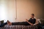 J'ai nulle part ou aller. Dmitry. Il passe la plupart de son temps allongé sur son lit, il n'a pas de visite et ses deux enfants ont été adopté en Italie. Dmitry est atteint de tuberculose multi-résistante, il est soigné à l'Institut républicain de la TB, Minsk, Biélorussie, 2018.