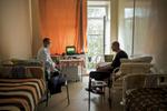 Dmitry est atteint de tuberculose multi-résistante il est soigné à l'Institut républicain de la TB. Aujourd'hui, il reçoit la visite de Andrey, qui travaille pour MSF et qui vient passer un peu de temps avec lui pour discuter. Les patients sont coupés du monde, l'isolement est difficile à supporter. Minsk, Biélorussie, 2018.