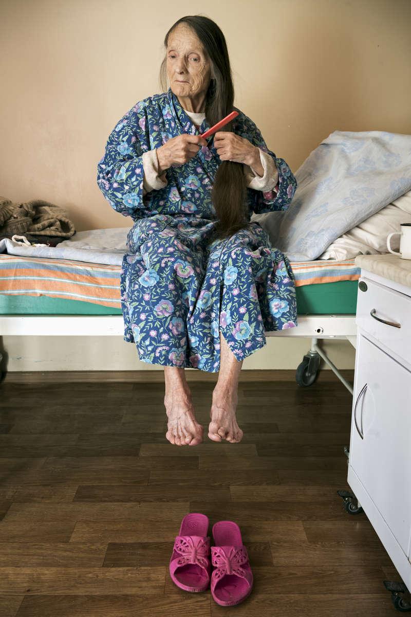 Avant j'ai joué dans des films grand public, dans films de guerres et des séries télé aussi. Quand j'ai pris ma retraite d'actrice, je suis devenue modèle dans une école d'art. Je suis ici depuis Janvier 2018, cela fait longtemps, et je ne sais pas combien de temps je vais rester. Lida 79 ans. Lida est atteinte de tuberculose multi-résistante. Institut Républicain de la TB, Minsk, Bielorussie, 2018.