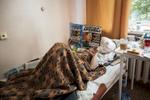 Ludmila a 59 ans, elle est veuve originaire de Minsk. Elle est à l'institut dans des conditions très sévères, elle a le sida et la tuberculose. Elle travaillait comme assitante dans un magazin puis elle a fait la plonge dans des restaurants. Elle ne sait pas comment elle a été contaminée par la Tb. Institut Républicain de la Tb, Minsk, Bielorussie, 2018