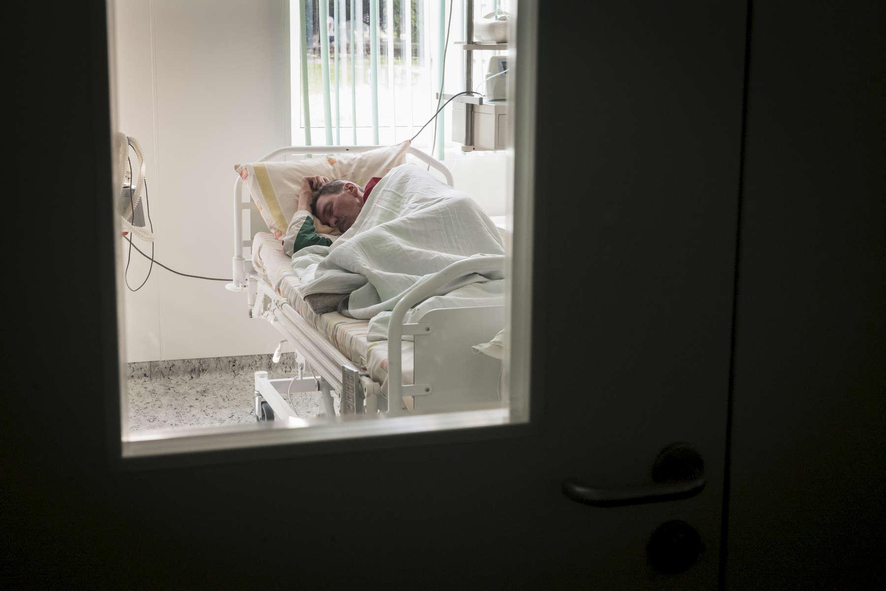 Léonid n'est pas autorisé à sortir de cette chambre qui est fermée à clés. Cela fait un mois qu'il y est. Unité intensive de soins. Institut Républicain de la Tb, Minsk, Bielorussie, 2018