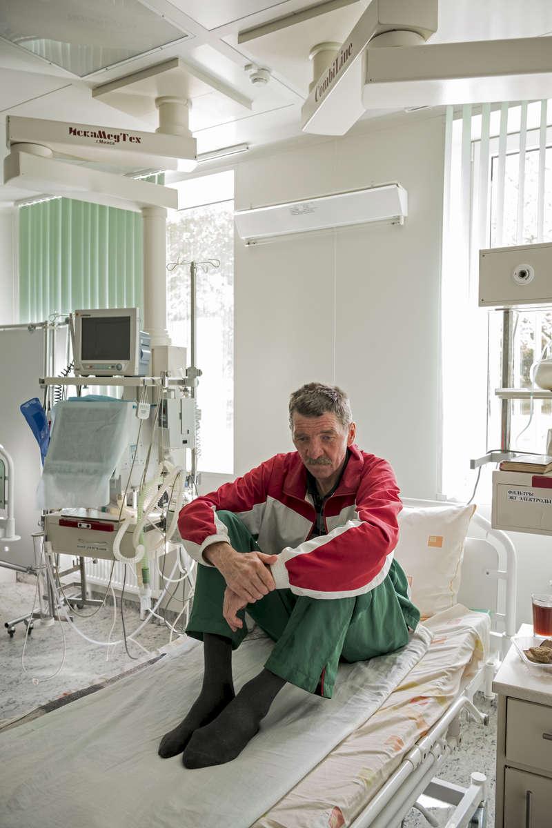 Il n'y a rien de pire que la solitude. Je suis allongé ici comme dans un cercueil. LeonidLeonid a 53 ans, il est extrêmement résitant aux traitements (XDR-TB). Il a été diagnostiqué avec le TB en 2003. Après un séjour au sanatorium, ils l'ont laissé sortir. Peu de temps après il avait à nouveau des symptômes et hospitalisé à nouveau. Il a été transféré en unité de soins intensifs de l'Institut car il avait des pensées suicidaires et pouvait s'avérer dangereux pour les autres patients. Sa porte est fermée à clés, il n'est pas autorisé à sortir. Il n'a pas vu sa fille depuis 15 ans. Il n'a plus de nouvelle du reste de sa famille ni de ses amis. Sa radio est son seul lien avec l'extérieur. Institut Républicain de la Tb, Minsk, Bielorussie, 2018