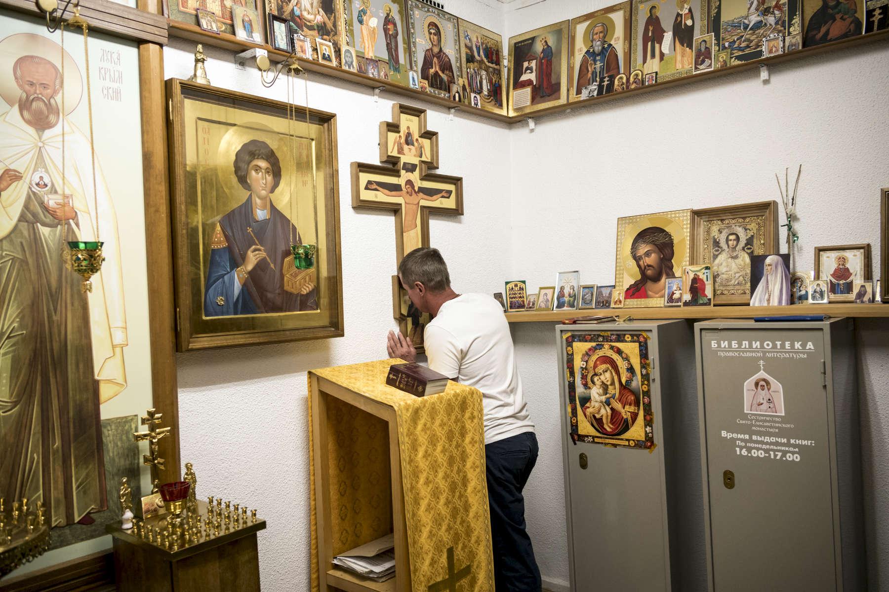Avant j'allais à l'église, mais pas tant que ca. Vous savez, quand vous devenez malade, cela vous raproche de dieu. Gregory dans la chapelle de l'Institut. Il s'occupe de l'ouvrir et la fermer tous les jours pour les autres patients. Institut Républicain de la TB, Minsk, Bielorussie, 2018