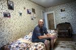 Je m'allongeais et j'avais des douleurs atroces dans tout le corps comme un drogué. J'étais fatigué. J'ai vécu des choses difficiles dans ma vie, mais je n'ai jamais rien ressenti de tel. Oleg, 46 ans.Oleg est un migrant Ukrainien, de ce fait il n'avait pas droit au traitement. Il a eut accès au traitement grâce à MSF qui est implanté à Minsk depuis 2015. Il n'est pas contagieux, il vit à Minsk dans un appartement avec sa femme, Larissa. Il se rend deux fois par jours dans un dispensaire pour prendre son traitement qu'il va terminer en fin d'année. Il espère obtenir la citoyenneté Biélorusse très prochainement.