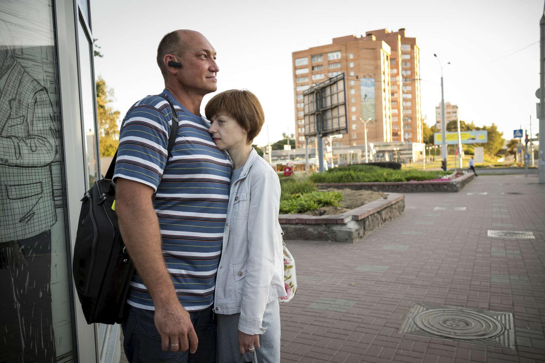 J'aimerais avoir plus d'amis, plus d'intéraction avec les gens.  Oleg avec sa femme Larissa.A cause de la TB, beaucoup d'amis et des membres de sa famille ont arrêté de le fréquenter. Minsk, Biélorussie, 2018.