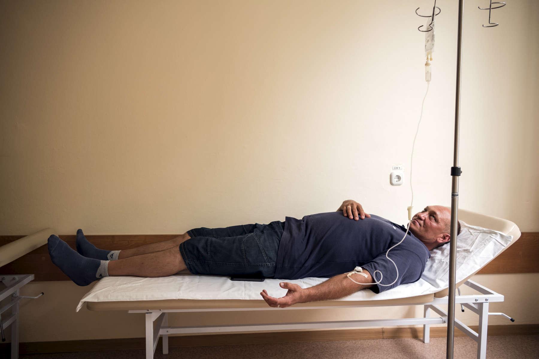 Oleg se rend deux fois par jours dans un dispensaire pour prendre son traitement qu'il va terminer en fin d'année. Il est un migrant Ukrainien, il n'a pas encore la citoyenneté Biélorusse. Minsk, Biélorussie, 2018.