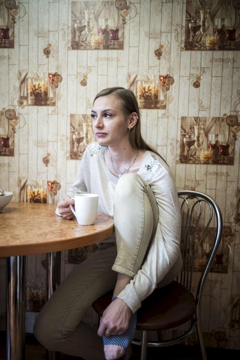 J'ai appris que j'avais la TB en 2016. Cela ne m'a pas choquée. Je connaissais la TB depuis que j'étais enfant. Mon père a commencé a être malade quand j'avais 5 ans. Il était alcoolique, il n'a pas voulu se soigner pendant longtemps. Quand il a décidé de se soigner il était trop tard, il est mort en 2014. Ma mère a contracté la TB la même année, elle a suivi un traitement et a guéri 2 ans après. Alyona, 19, Minsk, Biélorussie, 2018