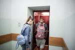 Tous les jours, sauf le Dimanche, Alyona et Vadim se rendent au dispensaire pour prendre leur traitement. Ils vont le terminer à la fin de l'année. Minsk, Biélorussie, 2018.