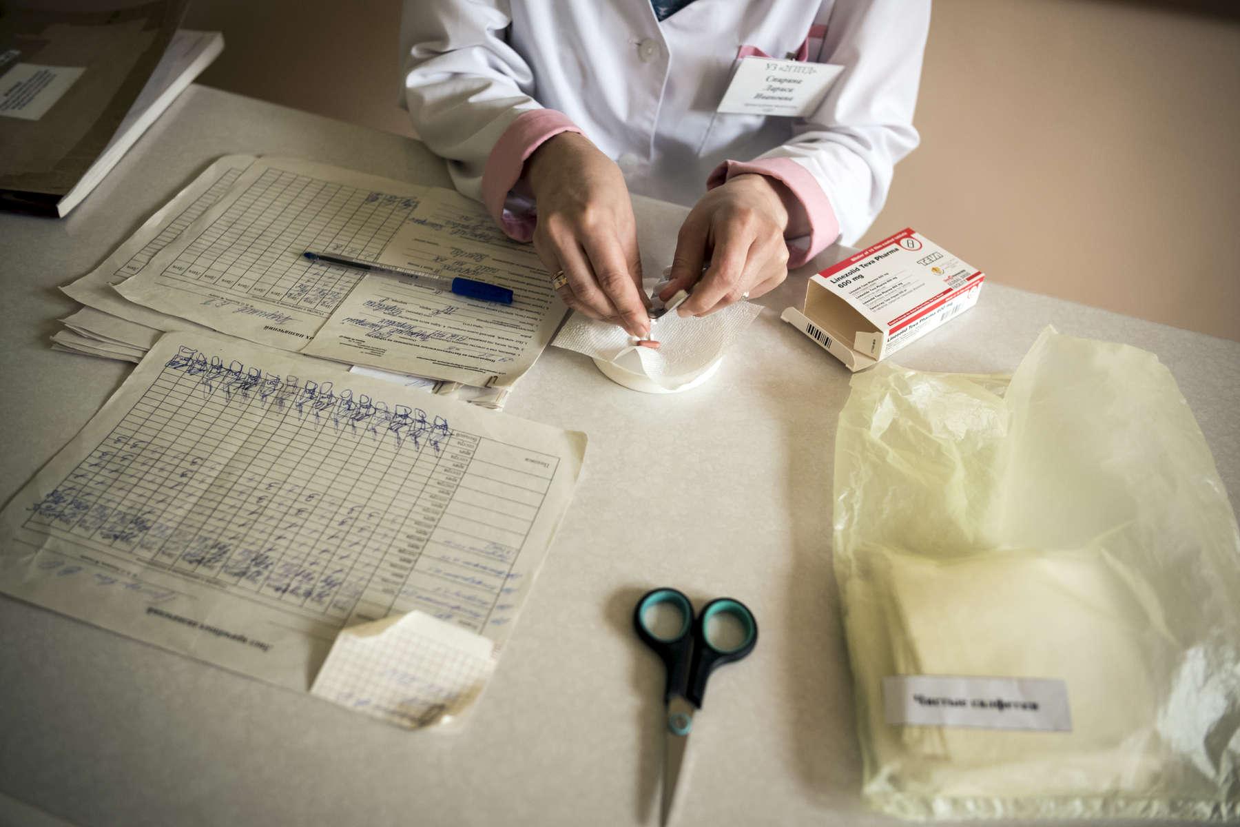 Infirmière préparant le traitement de Vadim, dispensaire, Minsk, Biélorussie, 2018