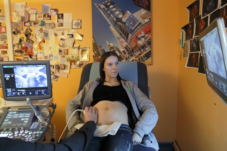 Je me sens toujours comme une ado dans ma tête, et comme une future maman dans mon corps.A chaque échographie Amélie prend un peu plus conscience de sa grossesse. Fourmies, France.
