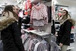 Aujourd'hui Amélie et Xavier ont parcouru 5 magasins de vêtements. Leur unique achat du jour est une paire de chaussons à 3 euros. Xavier n'ayant pas de revenus et Amélie touchant le R.S.A, ils limitent leurs dépenses. Charleville-Mézières, France.