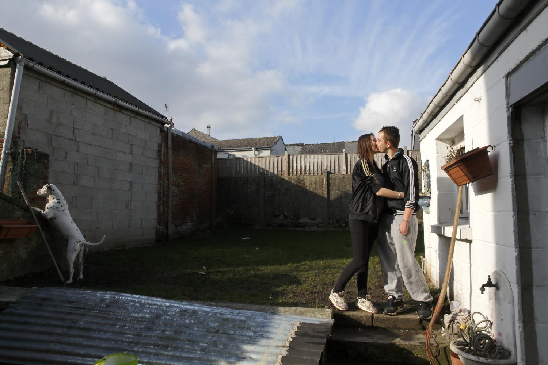 Amélie et Xavier, dans la cour des parents de Xavier à Maubert Fontaine. Ils sont amoureux, insouciants et attendent l'arrivée de leur premier bébé.