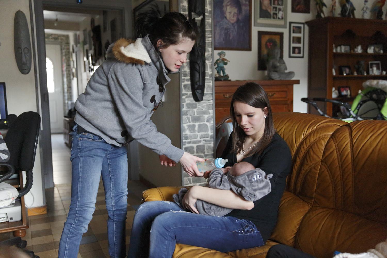 Tu veux t'entraîner ? lance Sarah à Amélie. Sarah a 18 ans, elle est la belle-sœur d'Amélie et vient de donner naissance à un petit garçon, Aaron. C'est l'occasion pour Amélie de donner le biberon à un nouveau-né pour la première fois. Maubert Fontaine, France.