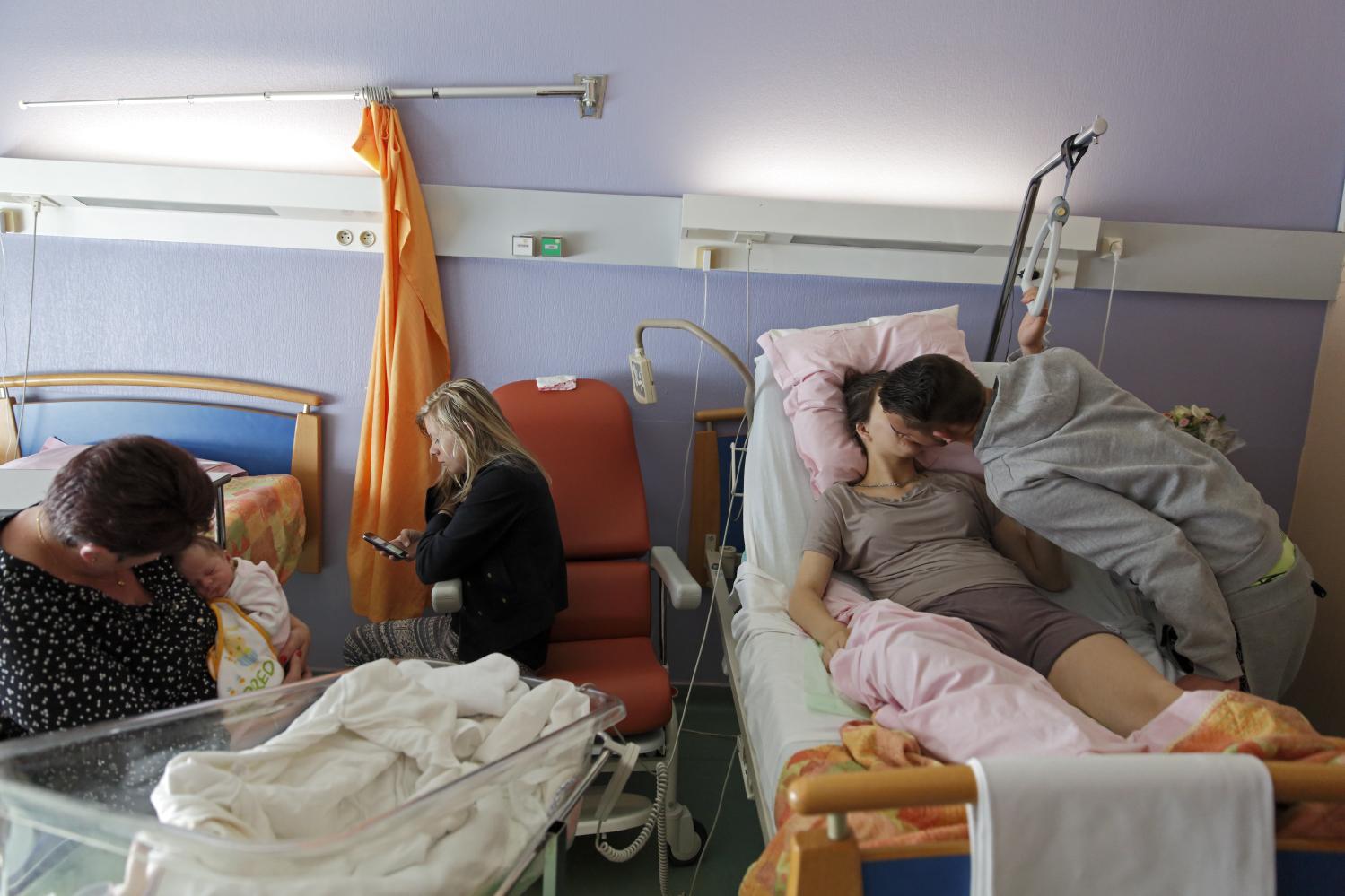 La césarienne d'Amélie s'est bien passée, Xavier est resté à ses côtés. Sa mère Isabelle et sa sœur Coralie 12 ans, lui rendent visite. Fourmies, France.