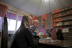 Laurine 17 ans et son fils Thiméo, né le 22 Septembre 2014. Laurine est fille unique. Elle vit avec son père à Fourmies. Sa maman l'a abandonné à l'âge de 2 ans. Elle s'est rendue compte de sa grossesse à 14 semaines. Ayant dépassé le délais pour l'Interruption Volontaire de Grossesse (IVG), elle a souhaité le garder et ne pas accoucher sous X. Tout au long de sa grossesse, son père l'a accompagné avec le soutien de sa maraine qui allait avec elle aux rendez-vous à la maternité. De son côté le père biologique, avec qui elle était en couple à l'époque, n'a pas voulu reconnaitre le bébé. Aujourd'hui, elle vit toujours avec son fils Thiméo chez son père dans un logement d'habitation à loyer modéré (H.L.M.) à Fourmies. A l'approche de ses 18 ans, Laurine aimerait pouvoir finir son certificat d'aptitude professionnelle (C.A.P.)  en vente, passer son permis et prendre un apartement avec son fils.