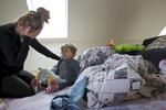 Vicenzo, 17 mois, a très peu dormi la nuit dernière ; Stacy, épuisée ne sait plus comment gérer les crises de son fils. Hellemmes, France.