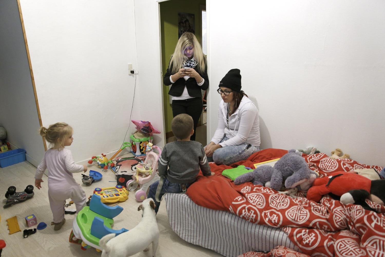 Mélissa chez elle dans la salle de jeux  avec ses enfants et une de ses amies, Tansy 14 ans, venue passer la soirée avec elle. Fourmies, France.