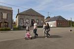 Amélie et Xavier reviennent du supermarché Aldi avec un couple d'amis, Michel, Anaïs et leur fille. Michel s'est inscrit dans plusieurs boites d'intérims mais n'a pas trouvé de travail. Anaïs suit une formation pour travailler dans une crèche. Rocroi, France.
