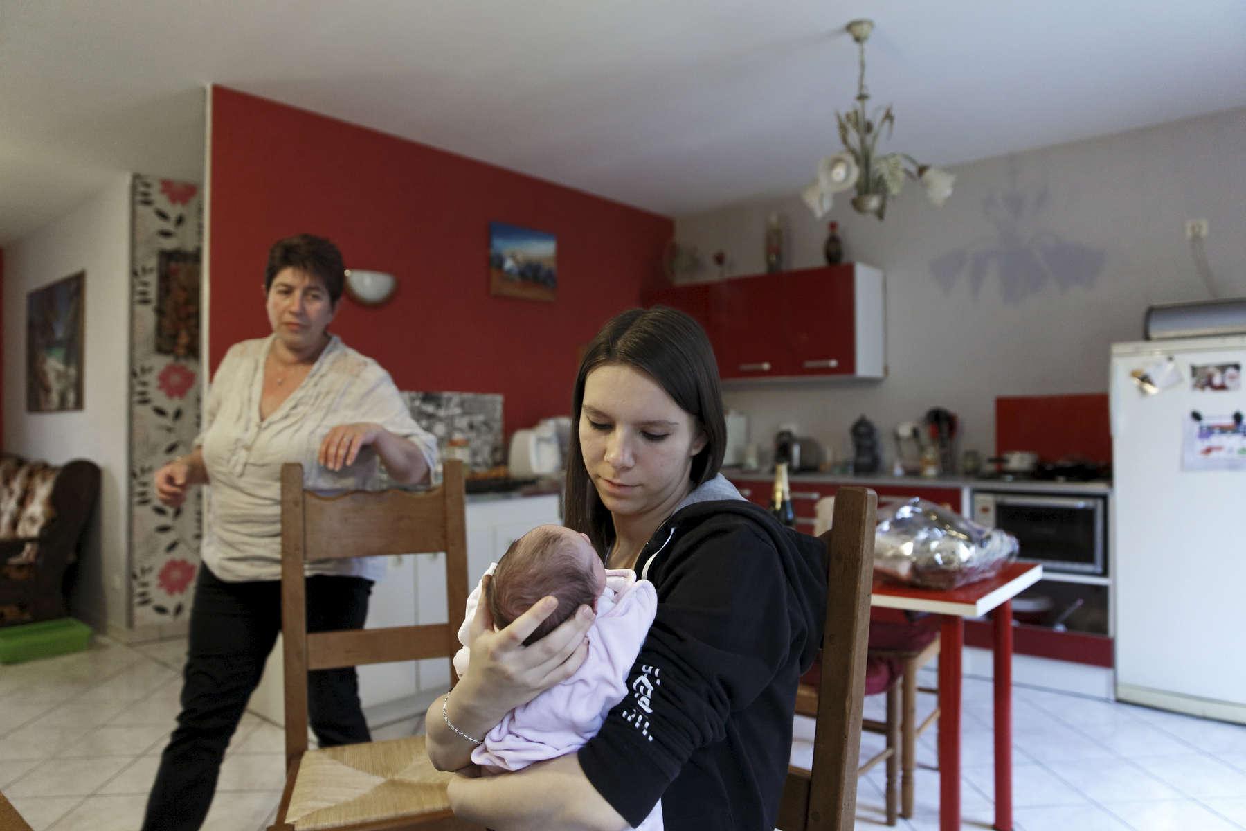 A la sortie de la maternité, Amélie et Xavier sont revenus chez la maman d'Amélie, le temps de s'adapter à leur nouvelle vie. Rumigny, France.