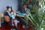 Stacy et son fils en rendez-vous chez son éducatrice du Dalhia qui l'accompagne dans son quotidien. Stacy se confie beaucoup auprès des acteurs du Dalhia, qui la rassurent et la conseillent dans son rôle de mère. Hellemmes, France.