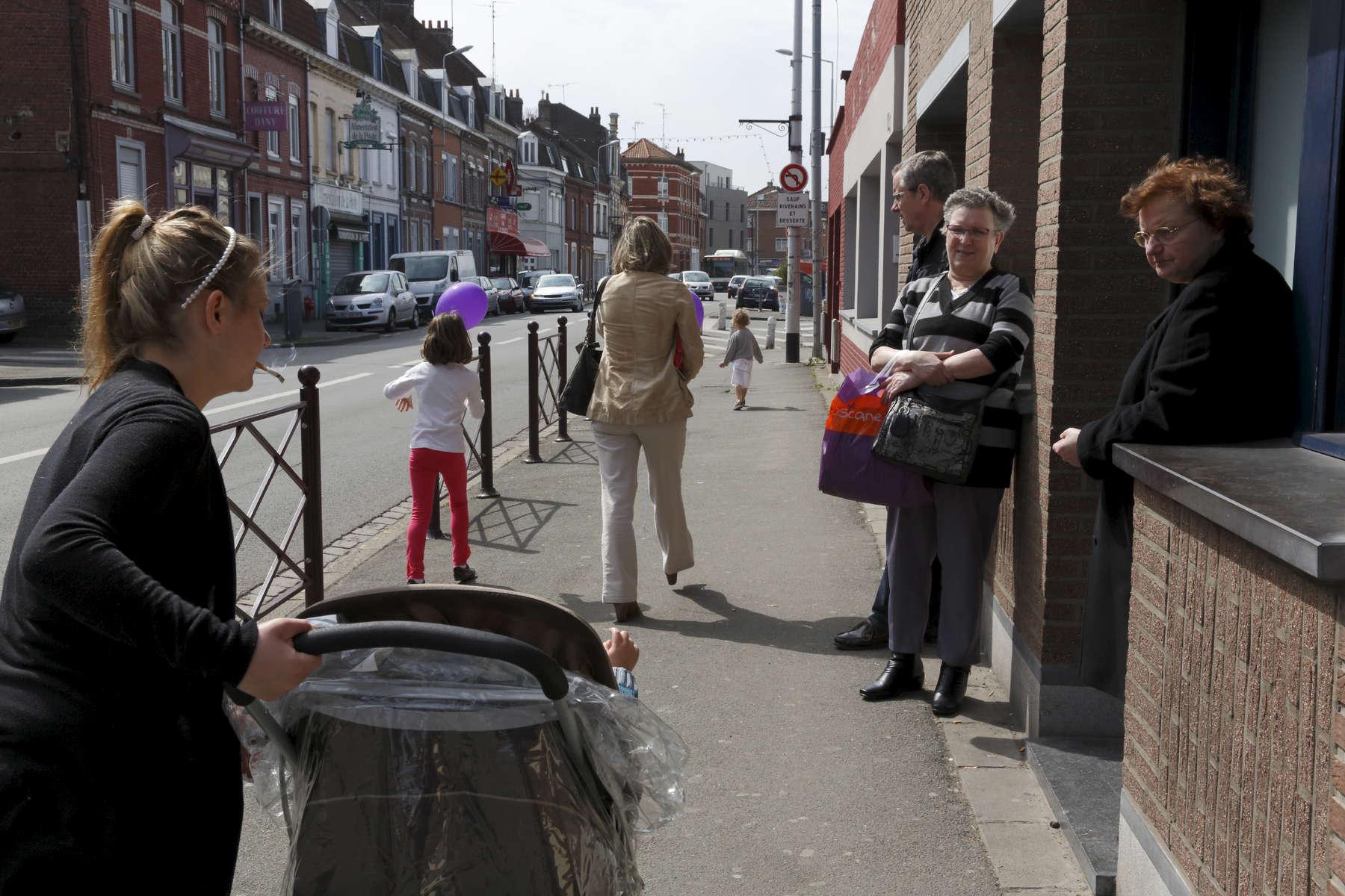 Quand je suis dans la rue avec la poussette, je peux sentir le regard des gens peser sur moi. Pourtant ils ne connaissent rien de mon histoire ; alors pourquoi me jugent-ils ?, Stacy. Hellemmes, France.