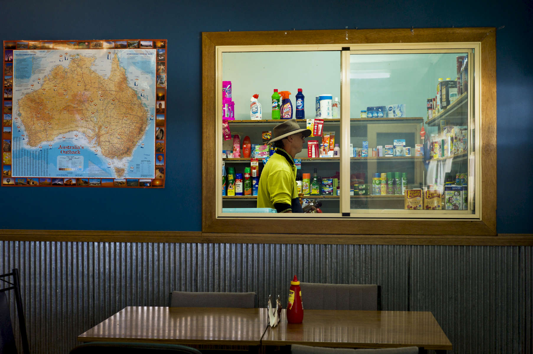 Installée à l'arrière d'un restaurant, la seule épicerie à 300 kilomètres à la ronde, offre aux locaux et aux gens du voyage, le strict minimum. Nouvelles Galle du Sud, Australie, 2011.