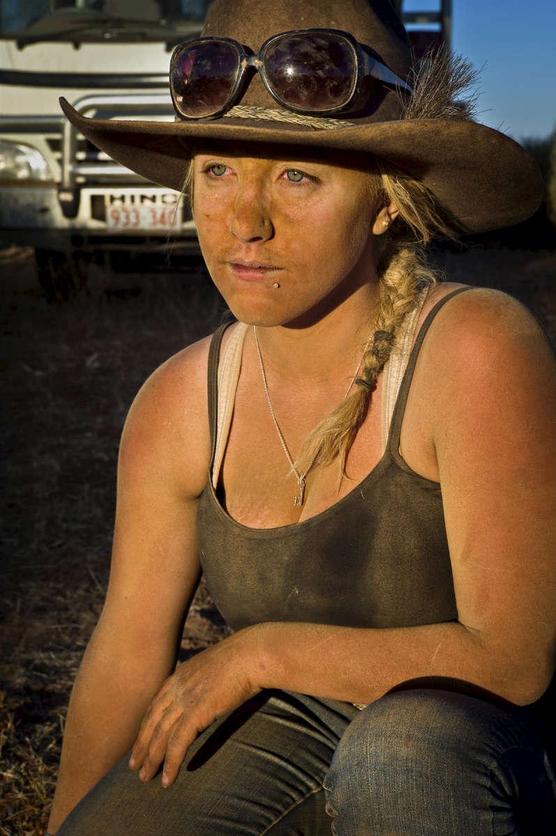 Cassandra, 22 ans, est l'une des deux seules femmes de l'équipe ayant participé au mustering. Les employés sont nourris, logés et sont payés entre 600 et 800 dollars australiens par semaine. TN,  Australie, 2011.