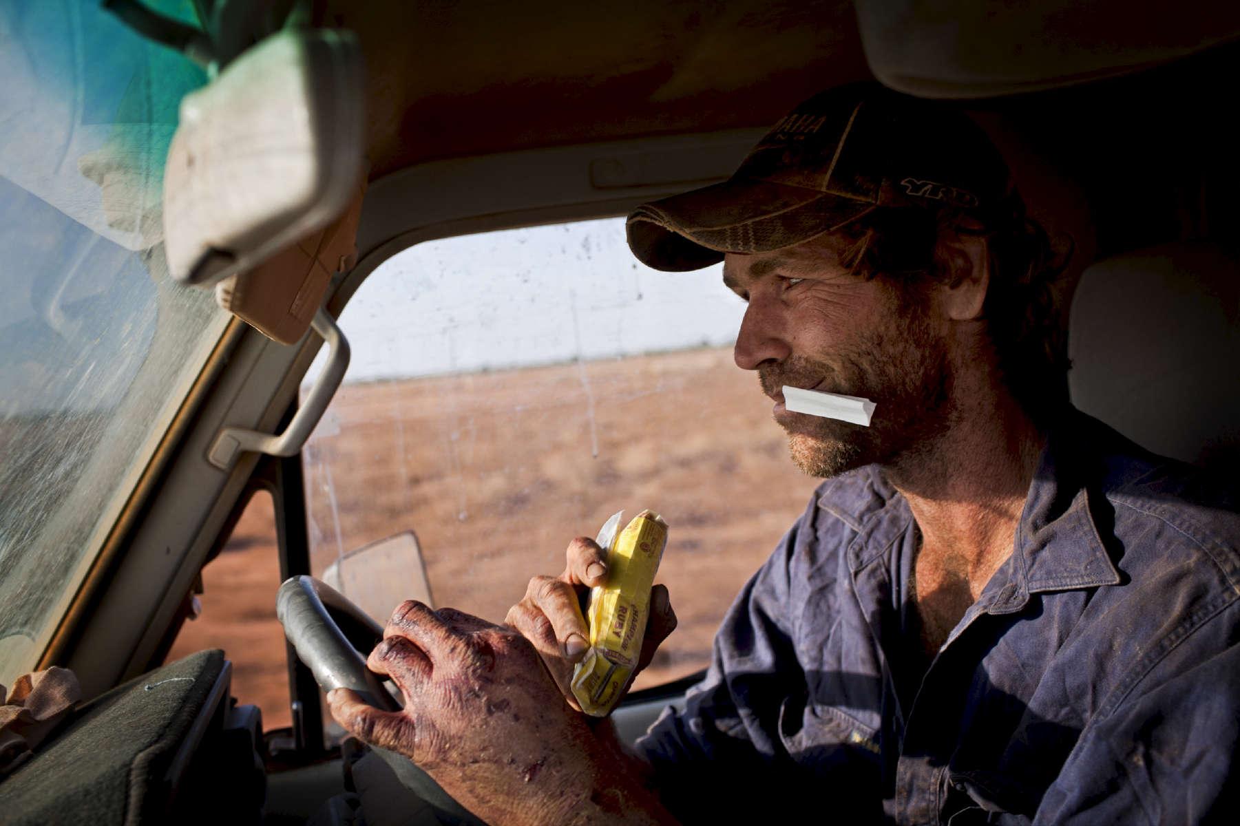 Shaun, 30 ans, vient de l'Etat du Queensland. Issu d'une famille de trois fils, il est le seul à avoir choisi le domaine agricole. Pour lui, ce sentiment d'espace et de liberté n'a pas de prix malgré la rudesse du quotidien. Le sourire au coin des lèvres, il ajoute timidement : De toute façon, ce n'est pas comme si je savais faire autre chose. Il est nourri, logé, travaille sept jours sur sept, et en tant que chef d'équipe il gagne 230 dollars australiens par jour. TN,  Australie, 2011.