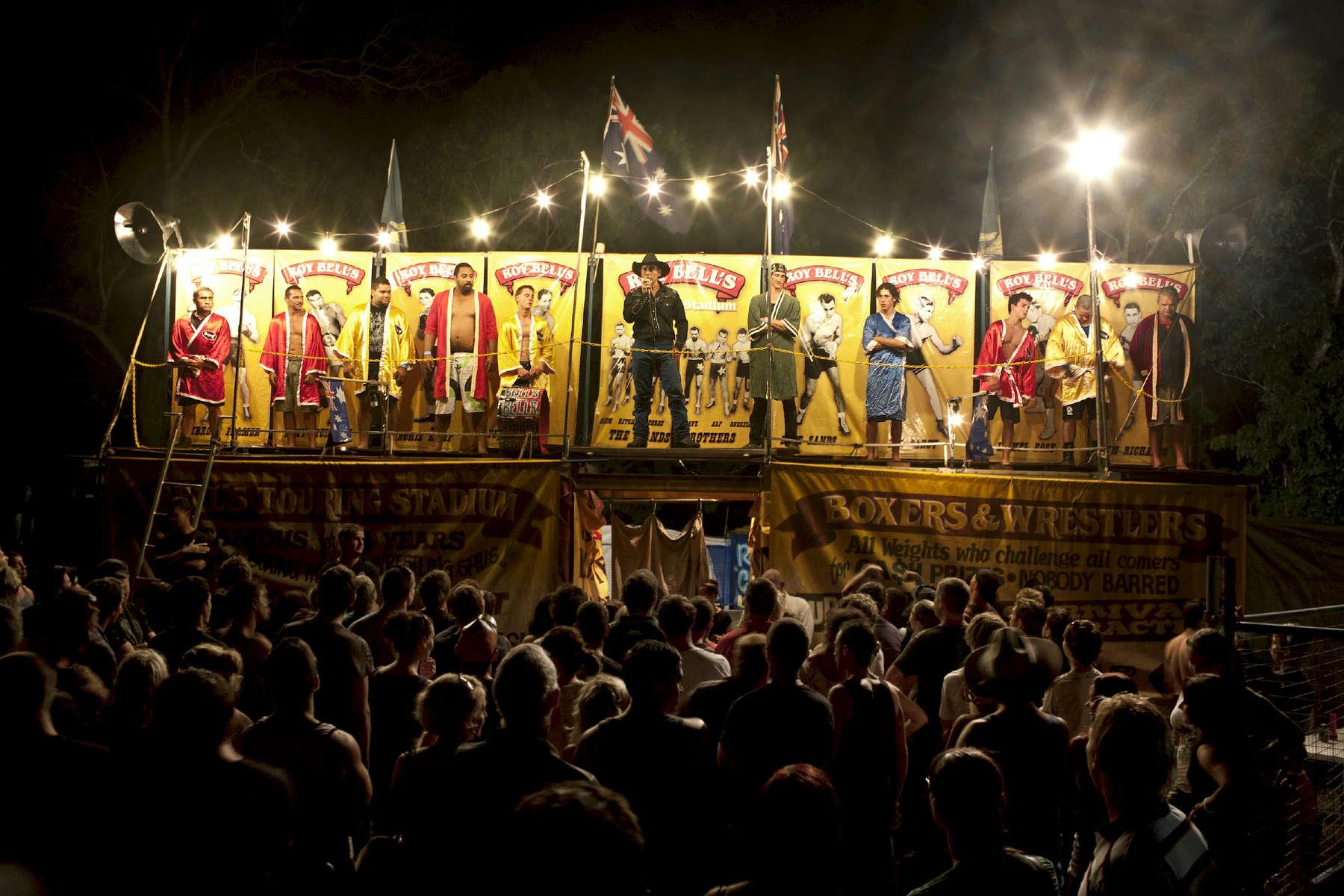 Michael présente les boxeurs, la foule se forme. Michael a souhaité conserver le principe et le décor de la tente telque son grand-père l'avait pensé. Darwin, TN, Australie, 2012