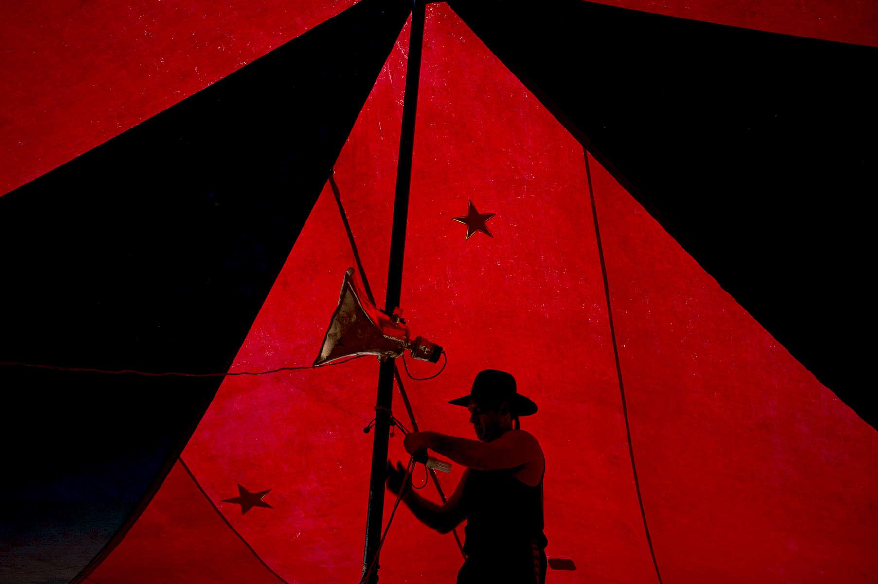 Souvent Michael monte et démonte le chapiteau seul. Noonamah Tavern près de Darwin, TN, Australie, 2011.