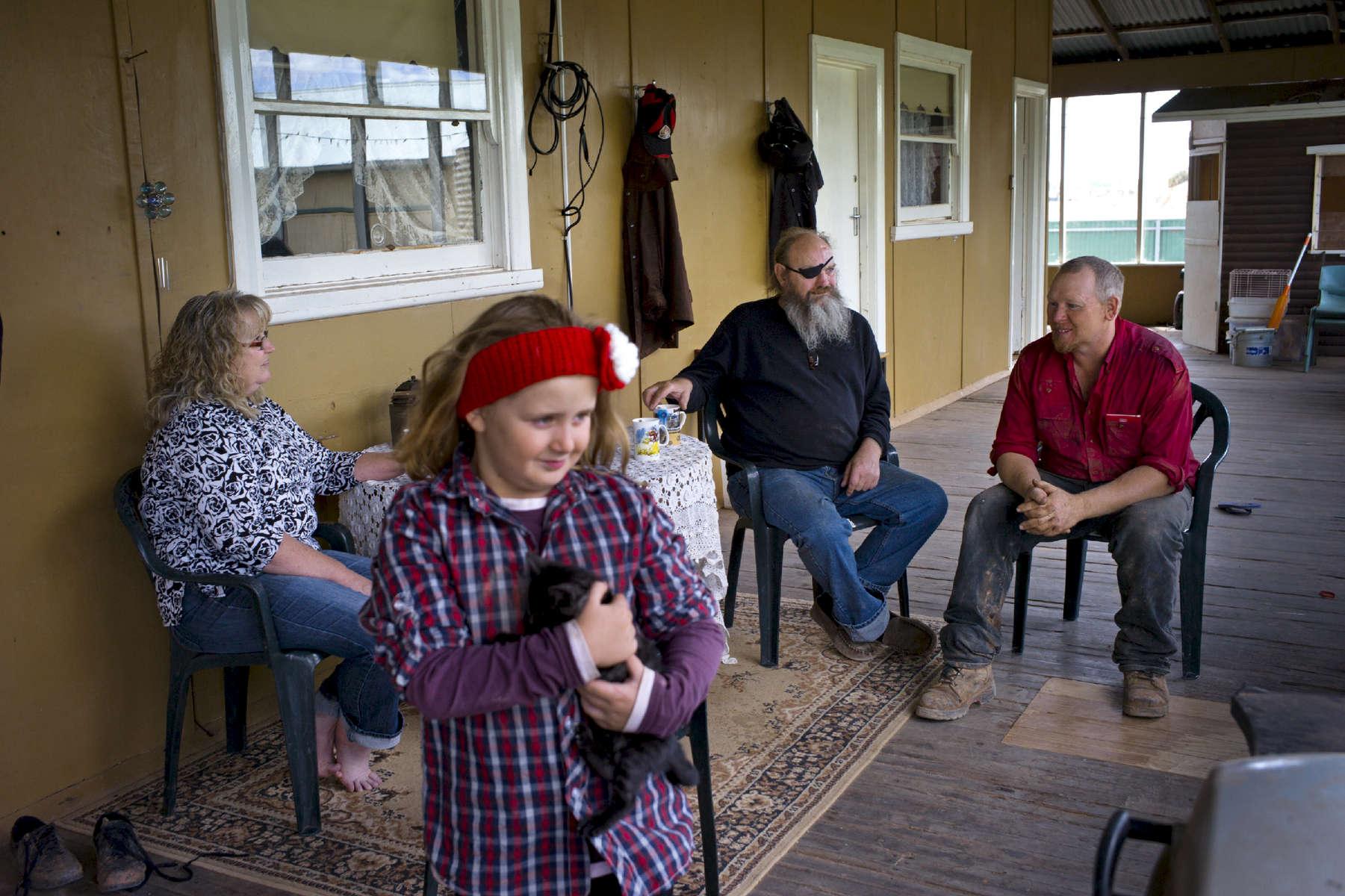 Le facteur, Micke (au centre) est venu amener le courrier à la famille Creed. L'occasion d'échanger quelques nouvelles de la ville la plus proche White Cliffs. Nouvelles Galle du Sud, Australie, 2011.