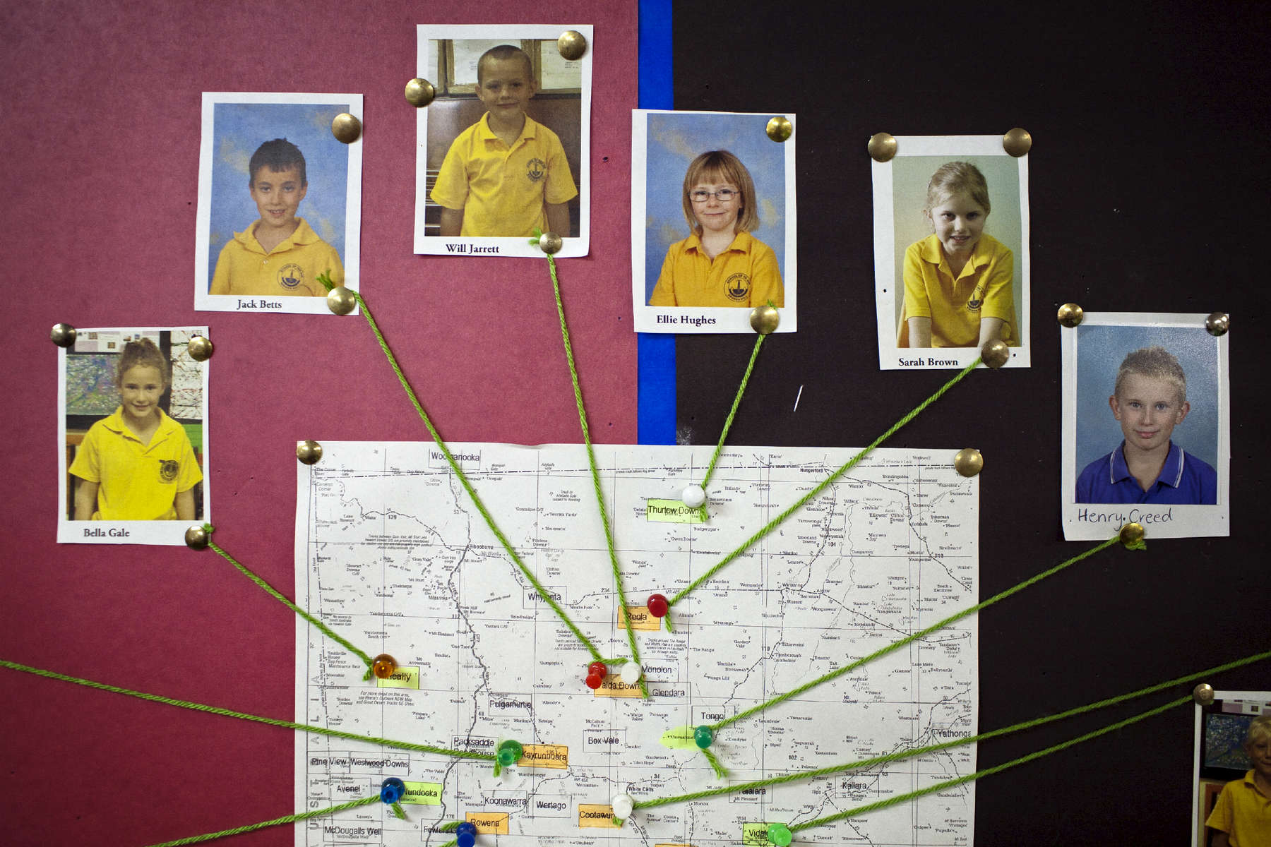 School of the air.  Henry (à droite) et ses autres camarades de classe disperser au travers du désert Australien, sur plus de 1000 kilomètres.  Broken Hills, Nouvelles Galle du Sud, Australie, 2011.