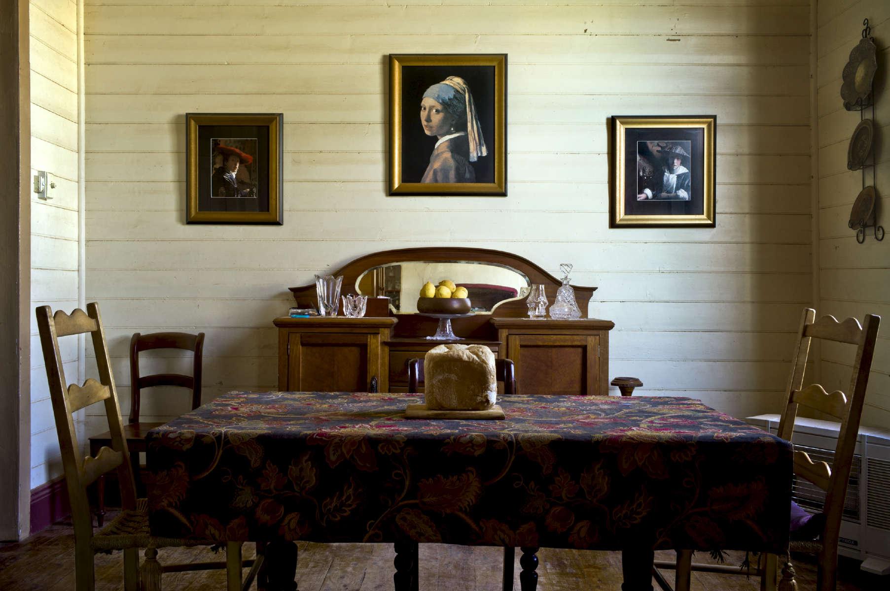 A l'arrière du bureau de poste local, salon de Gaye et Micke à White Cliffs. Gaye a préparé du pain pour une famille qui vit isolée. Son marie le facteur, le leur amènera pendant sa tournée. Nouvelle Galles du Sud, Australie, 2011.