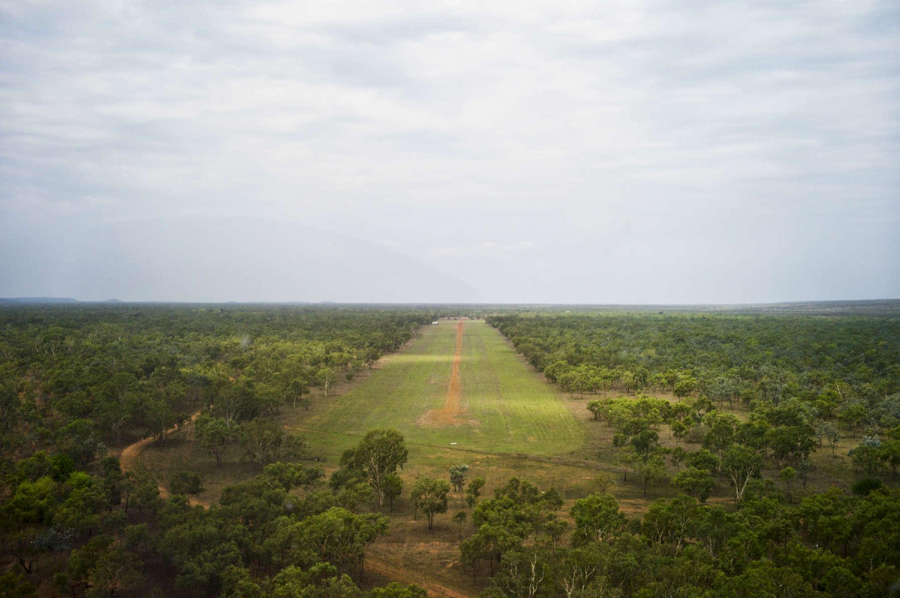Toutes les fermes et les communautés isolées ont leur propre piste d'atterrissage. La plupart d'entre elles ont leur avion ou hélicoptère. Cette piste est indispensable, en cas d'urgence pour faire appel aux Flying Doctors, qui peuvent se rendre dans les endroits reculés très rapidement. TN,  Australie, 2011.