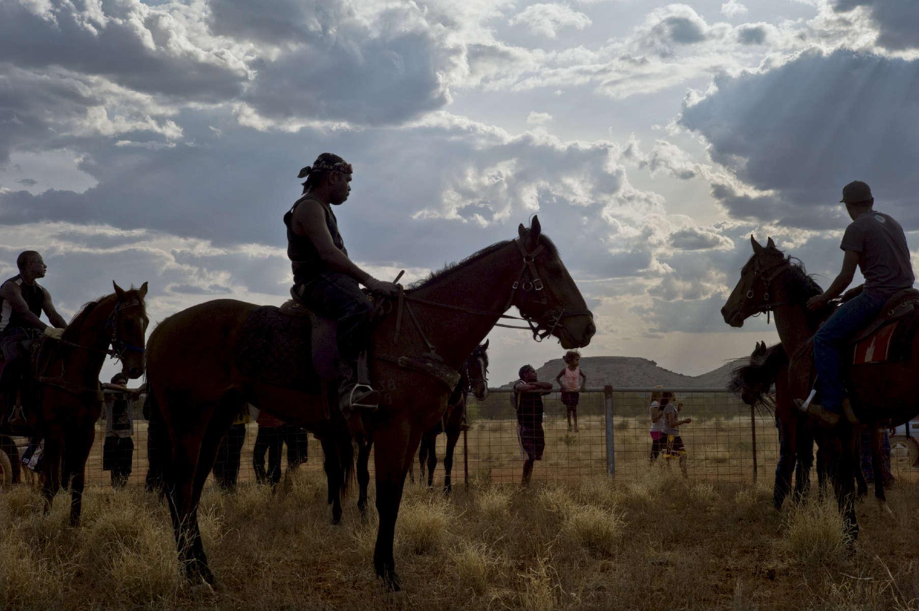 À toujours voyager entre deux mondes, on finit par se créer le sien. Frank Ansell, guérisseur aborigène, White Gate, Alice Springs, TN, Australie, 2011.