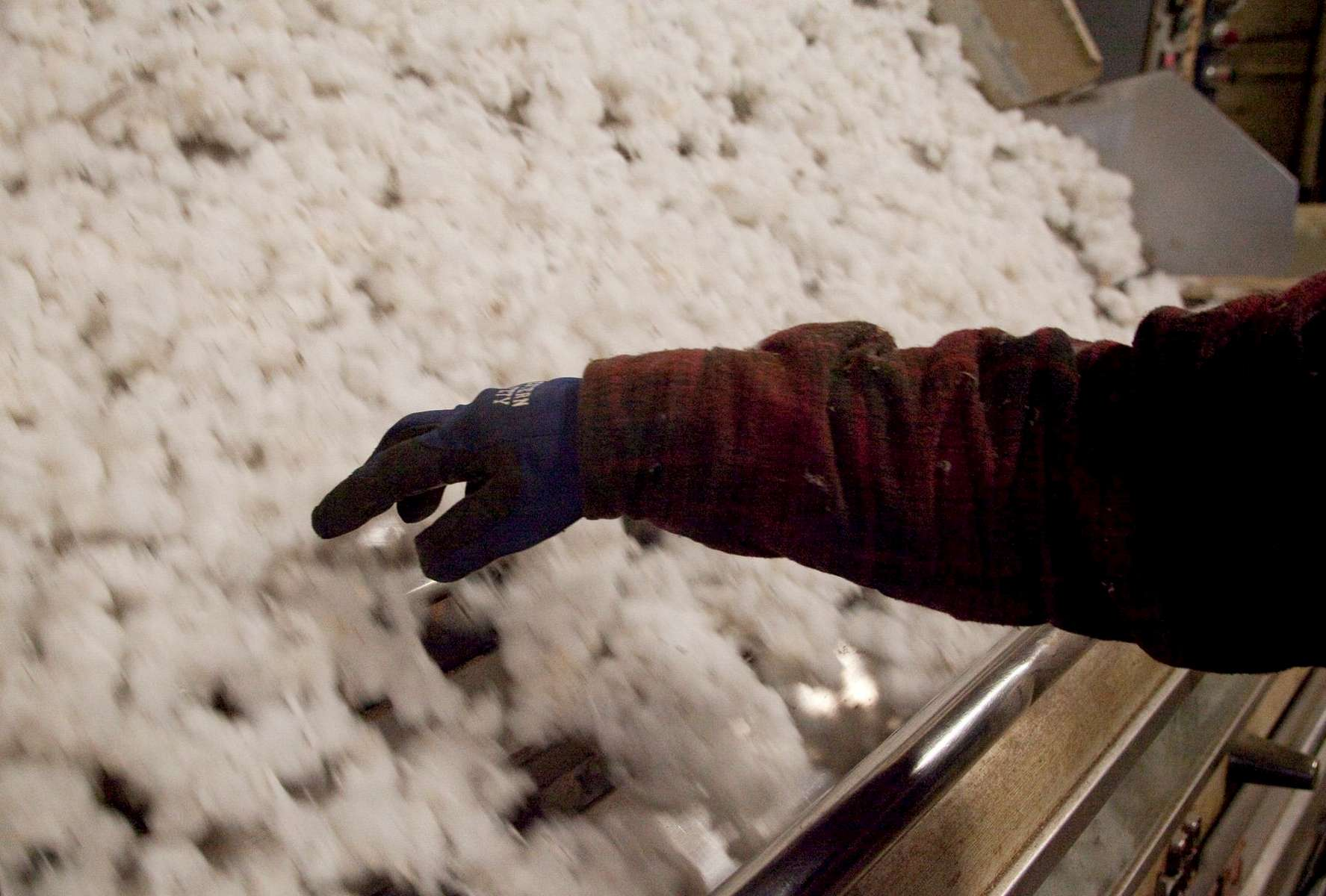 Gin operator Robert Espino of Weslaco, Texas, checks on the ginning process at the Minturn Cotton Company in Minturn, South Carolina November 27, 2012. Espino, like many of the workers at the gin, are skilled migrant workers who follow the cotton crop as it is harvested throughout the Southern United States.   REUTERS/Randall Hill (UNITED STATES)