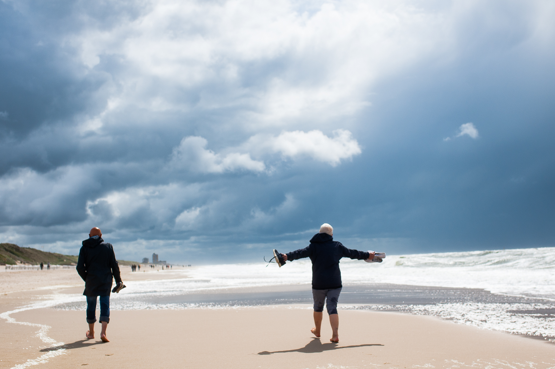 Mom and dad walk on the beach from Wenningstedt to Westerland. Sylt, Germany, June 21, 2018.