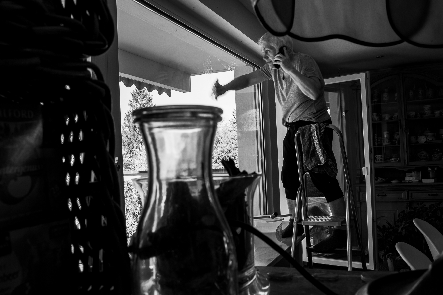 Another stay-at-home day, another phone call. Here, mom talks to Ann-Kristin while cleaning the living room windows. Oberhausen, Germany, March 25, 2020
